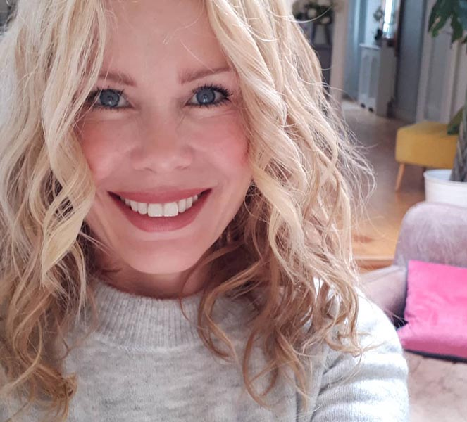 Melinda Messenger Smiling with Family